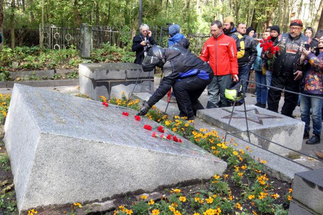 мотофестиваль Baltic Rally, мотоциклисты, байкеры, возложение цветов, военный мемориал, памятник, Братская могила советских воинов № 36, Выборг