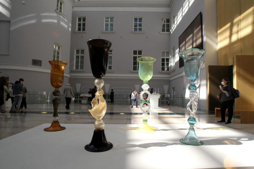 Хрусталь без шампанского. В Эрмитаже показывают чёрные люстры и гигантские венецианские бокалы