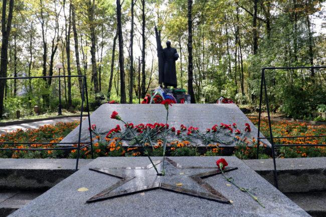 возложение цветов, военный мемориал, памятник, Братская могила советских воинов № 36, Выборг