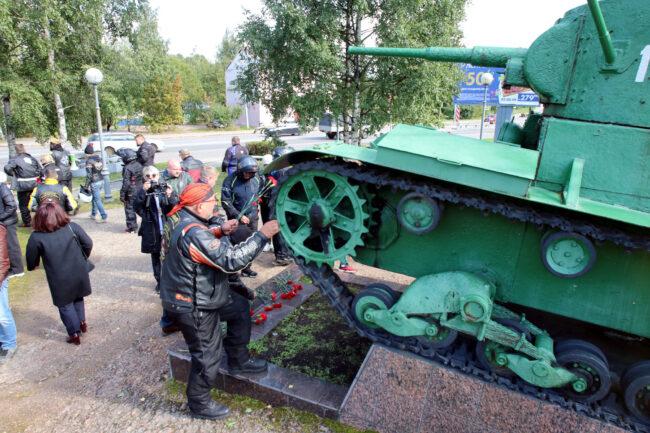 мотофестиваль Baltic Rally, мотоциклисты, байкеры, возложение цветов, военный мемориал, памятник, танк Т-26, Выборг
