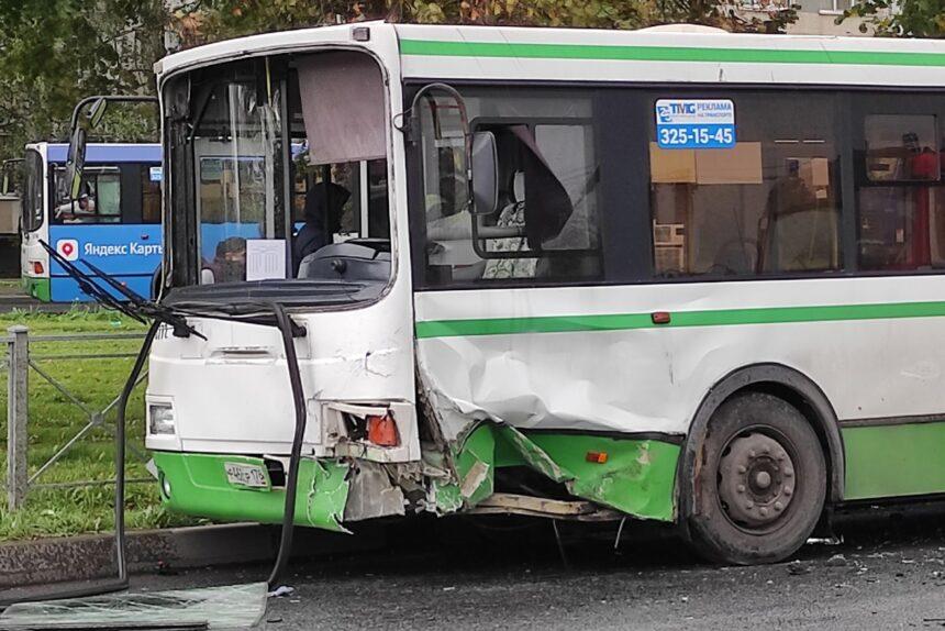 В Колпино столкнулись легковушка и рейсовый автобус